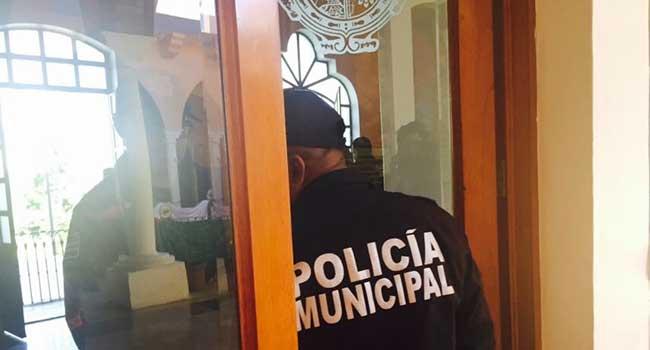 En Tehuacán, policías municipales protestan por asesinato de compañero. Foto: Twitter / @JavierLopezDiaz