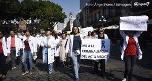 Médicos en Puebla protestan en apoyo a cirujano de Oaxaca acusado de homicidio