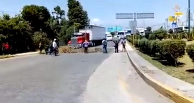 Bloquean tramo; edil de Texmelucan no ayuda a policías detenidos