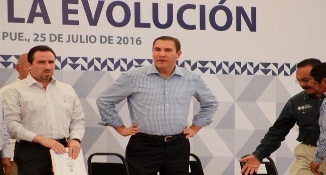 El gobernador Rafael Moreno Valle acudió al municipio de Tehuacan donde inauguró la rehabilitación camino de acceso a la ciudad de Tehuacan primera etapa, además entregó paquetes maternales y acciones de fortalecimiento al campo poblano, lo acompañó Rodrigo Riestra, Secretario de Desarrollo Rural.