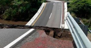 En Autopista México-Acapulco, cae puente por sismo de 7.1 grados