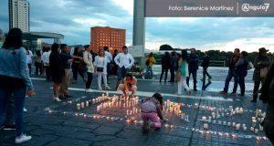 Ciudadanos colocan velas y flores en memoria de Mara Castilla