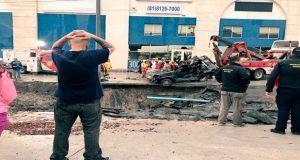 Cae camioneta en socavón de Monterrey; rescatan a 4, falta una