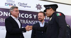 Gali entrega estímulos y uniformes a 2 mil 448 policías de Puebla