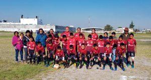Ayuntamiento de Ahuatempan entrega uniformes a equipo de futbol