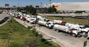 Operadores y dueños de pipas de agua bloquean vía Atlixcáyot frente al Centro integral de servicios, para denunciar el constante robo de sus unidades para uso de traslado de combustible robado .