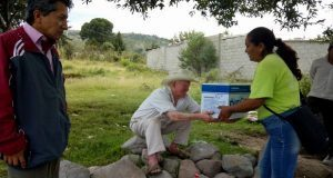 Movimiento Antorchista entrega despensas a familias en Acajete
