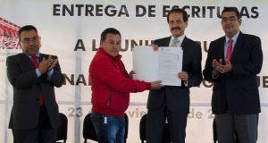 Recibe Alfonso Esparza escrituras para sede en Acatzingo