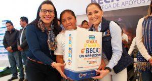 Dinorah López entrega 3 mil despensas a familias de Tlatlauquitepec