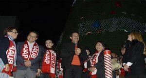 Salud y paz desea Esparza al encender árbol navideño en el CCU