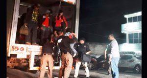 En Tabasco, rescatan a 153 migrantes hacinados en camión de carga