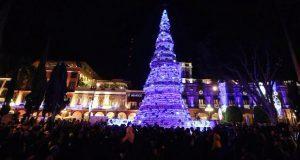 Antonio Gali y Luis Banck encienden árbol de Navidad en zócalo