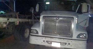 Roban cargamento de camión y abandonan a chofer en Amozoc