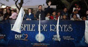 Acompañan Luis Banck y Susana Angulo desfile de Reyes Magos