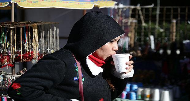 Debido al frente frio, los habitantes de la ciudad de Puebla salen muy abrigados a las calles.
