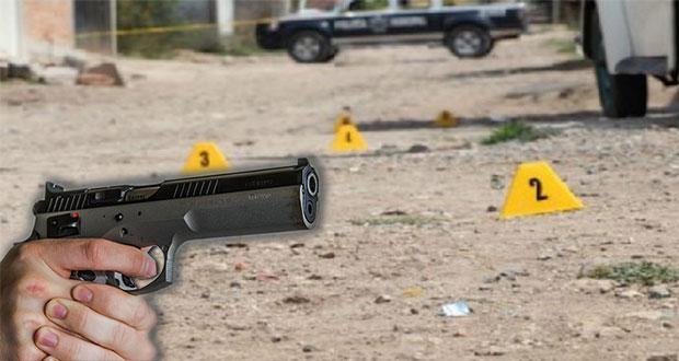 Comando ejecuta a hombre al interior de su auto en Huauchinango