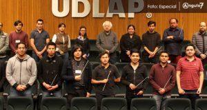 El director de la Filarmónica 5 de Mayo, Fernando Lozano Rodríguez, capacita a 15 jóvenes directores de orquesta provenientes de diversas regiones del país