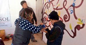 Mujeres y niños pintan murales en 70 comedores de Sedesol
