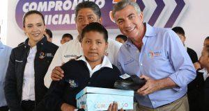 Gali entrega 15 mil uniformes a alumnos de Ajalpan