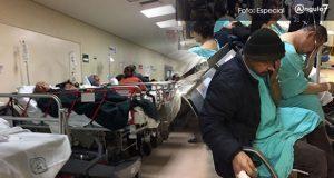 Al menos siete pacientes visten batas de hospital y están sentados en el área de espera. Foto: Especial
