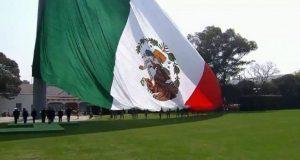 """Colocan al revés a la bandera en su día; """"no importa"""", dice EPN. Foto: Especial."""