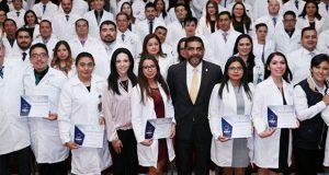 Culminan especialidad 132 médicos