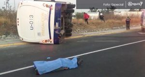Una unidad de la ruta Periférico se volcó a la altura del Hospital General de Cholula provocando la muerte de una persona y 11 más heridas. Foto: Especial