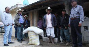 Entregan 250 toneladas de fertilizante a campesinos de Coyomeapan