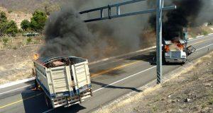 """En Michoacán, bloquean carreteras por operativos contra """"Los Viagras"""""""