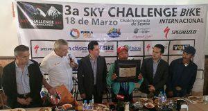 Entregan reconocimiento a ciclista de 57 años por 2° lugar en carrera