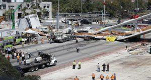 Suman 4 muertos por colapso de puente peatonal en Florida, EU. Foto: Perú