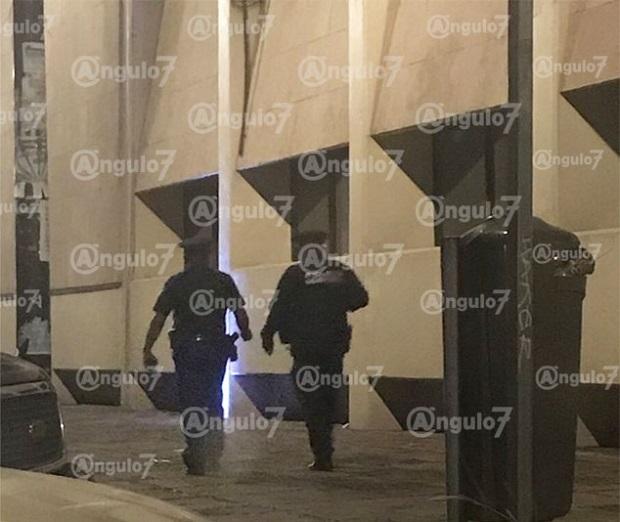 Policías regalan de comer a hombre afuera del hospital San José