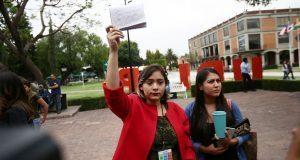 En visita de Zavala a Udlap, recriminan muertes en sexenio de Calderón