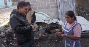 Habitantes de Ixcaquixtla piden pavimentación a Salvador Castañeda