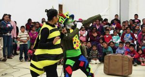 Estudiantes llevan teatro a niños de Sierra Norte de Puebla