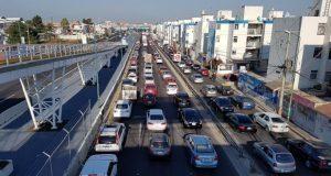 Caos vial en Periferico ecológico, a la altura de la 11 sur en ambos sentidos, debido al bloqueo por manifestantes.