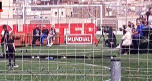 Grada se desploma durante entrevista con Iniesta