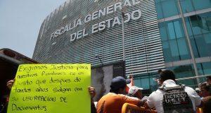 Frente a FGE, exigen liberar a policías de Texmelucan detenidos