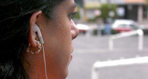 Uso de audífonos con volumen alto puede ocasionar sordera temprana