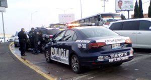 Por pasarse el rojo, patrulla choca contra auto en bulevar Atlixco