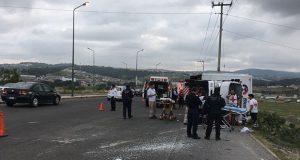 Camión de SS vuelca en Periférico; 2 enfermeras salieron proyectadas y heridas