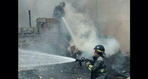 Bomberos sofocan incendio en almacén de la colonia Independencia