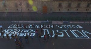 """Periodistas protestan en Palacio Nacional: """"Quieren votos, nosotros justicia"""""""