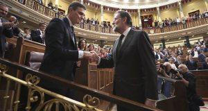 Rajoy y Pedro Sánchez se dan la mano en el Congreso