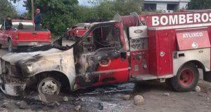 En intento de desalojo en Atlixco, queman camión de bomberos