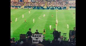 Liam Gallagher proyecta partido en pleno concierto para no perdérselo