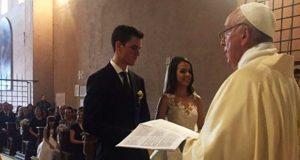 Papa casa a otra pareja de imprevisto; ahora fue en el Vaticano