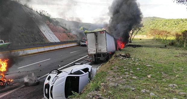 En Autopista del Sol, tráiler descarrila y choca 7 autos