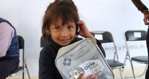 DIF poblano entrega aparatos a personas con discapacidad auditiva