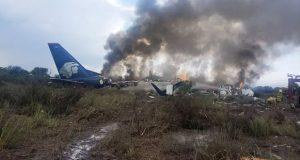 Avión con 80 pasajeros cae tras despegar en Durango; hay heridos y muertos